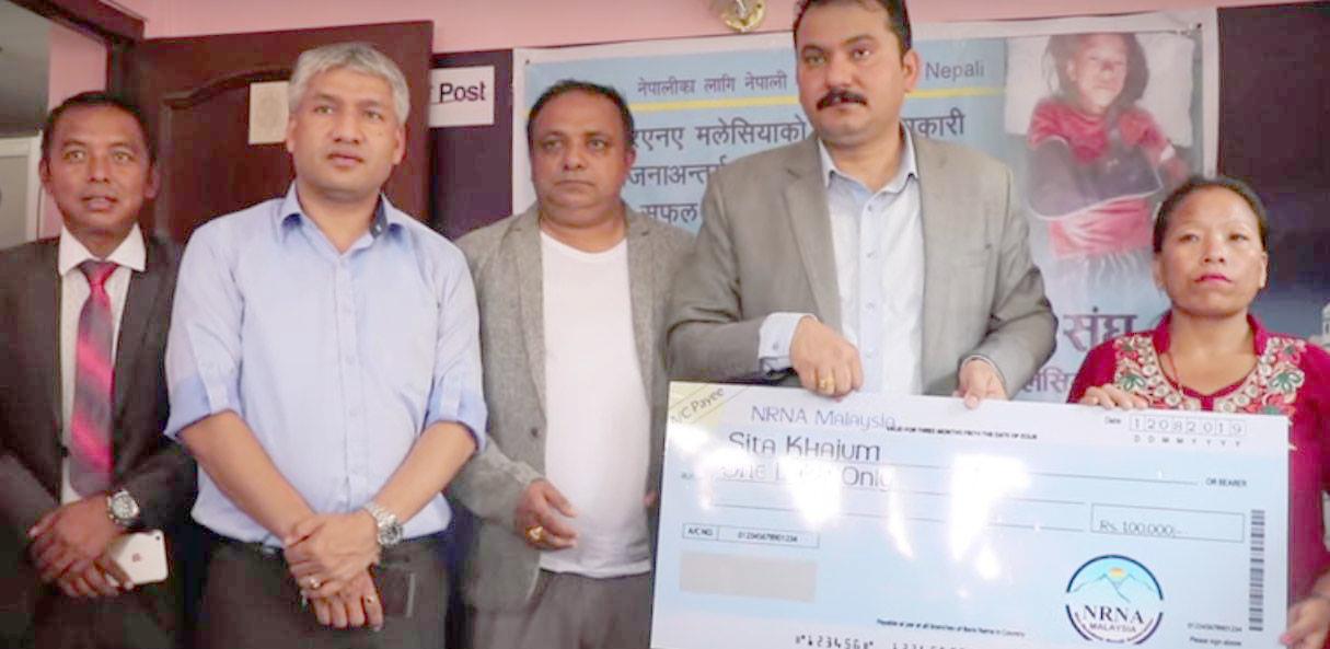 मिक्लाजुङ नरसंहारबाट बच्न सफल सितालाई एन.आर.एन.ए. को १ लाख सहयोग
