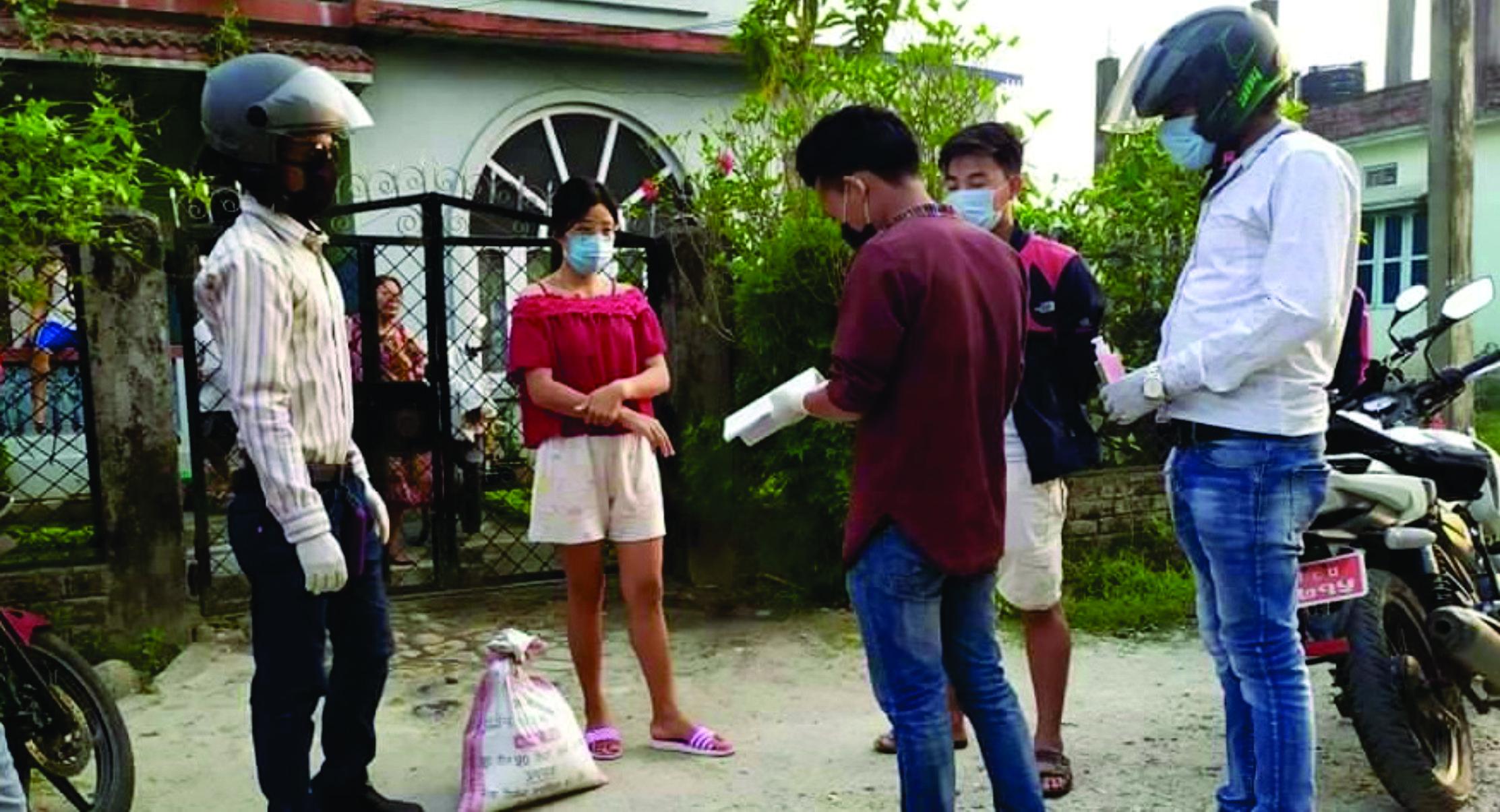 दमकमा डेरा गरी बस्ने विद्यार्थीहरूका लागि राहत वितरण